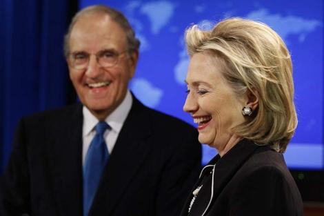 Clinton, junto al enviado especial de Estados Unidos a Oriente Próximo.   AP