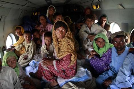 Un grupo de evacuados en un helicóptero del Ejército.   AP