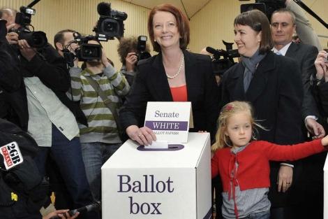 La Primera Ministra, Julia Gillard, acude a votar. | Afp