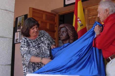 La alcaldesa Susana Curiel y Santiago de Santiago con el busto. | R. Muñoz