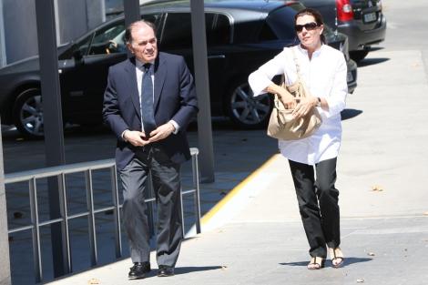 Tomás Villanueva y su mujer, a su llegada al tanatorio. | JM Lostau