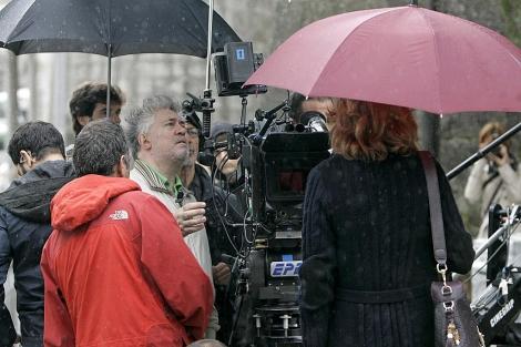 Pedro Almodóvar supervisa el rodaje de 'La piel que habito' en Santiago. | Efe