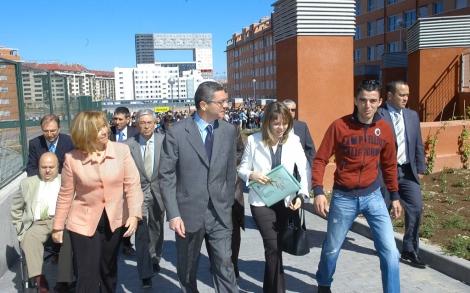 Gallardón, rodeado de los inquilinos de la promoción Sanchinarro X, en Hortaleza, en el año 2005. | Elmundo.es
