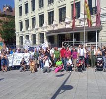 Imagen de la protesta de los vecinos ante la EMVS el pasado viernes 20 de agosto. | Elmundo.es