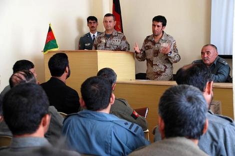 Un guardia civil dando clases a policías afganos en Qala-e-now. | M. Bernabé.