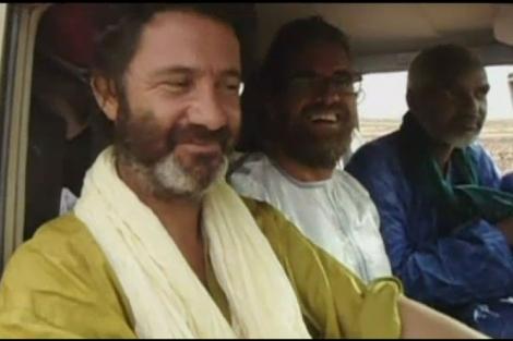 Vilalta y Pascual, junto al mercenario que los secuestró, 'Omar Saharaui' | TV3