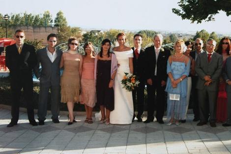 Abraham Bravo, a la izquierda, durante la boda de su hermana en 2005.