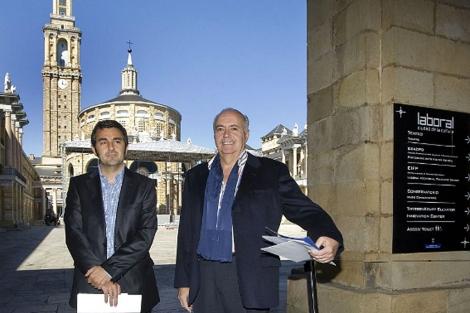 Moreno (dcha.) y el gerente de Recrea, Alejandro Calvo, en el Patio de la Laboral. | Efe