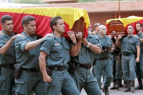 Compañeros de loa agentes asesinados trasladan los ferétros en el funeral en Logroño. | Efe