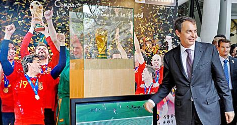 Zapatero, posa con la Copa del Mundo de fútbol. | AFP