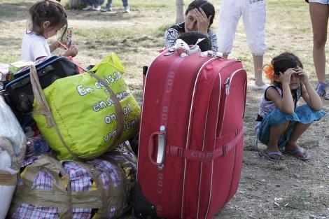 Una familia gitana expulsada de Francia, en Bucarest.   AP