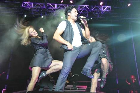 El cantante Chayanne, en una de las coreografías de su concierto en Cádiz. | C. Zambrano