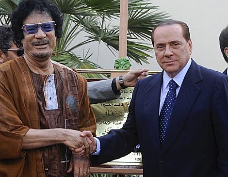 Muamar Gadafi y Silvio Berlusconi, el lunes en Roma. | Efe