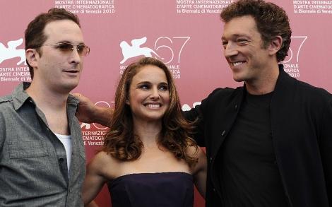 El cineasta (dcha.), con Portman y Portman y el actor francés Vincent Cassel. | Afp