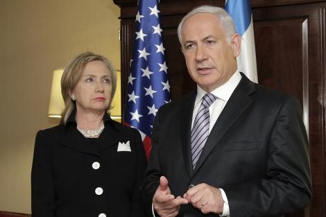 Benjamin Netanyahu junto a Hillary Clinton en la reunión que mantuvieron ayer. | AP