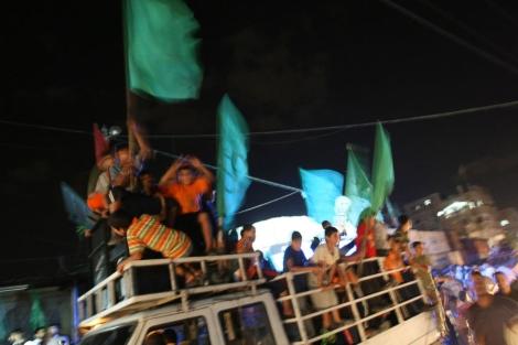Palestinos celebrando el ataque de Hebron.   Afp