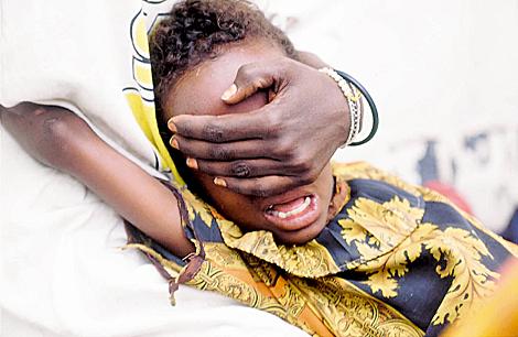 Una niña a la que se les está practicando la ablación del clítoris. | ELMUNDO.es