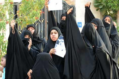 Familiares del líder opositor chií Abduljalil al Singace protestan por su detención en Manama. | EFE