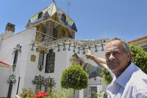 Antonio Montañez, autor de la casa museo, junto a su obra.   ELMUNDO.es
