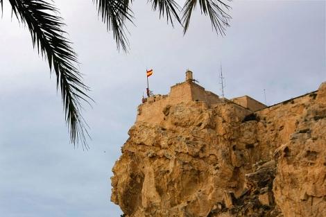 Actualmente sólo ondea la bandera española en lo alto del Castillo. | Foto: A.L. Valero