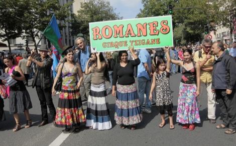 Un grupo de gitanos lideraba la marcha de Paris. | AFP