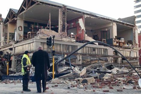 Oficiales inspeccionan un edificio dañado tras el fuerte seísmo en Nueva Zelanda. | Efe