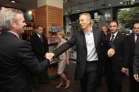 Tony Blair llega a la librería dublinesa tras el incidente. | AP