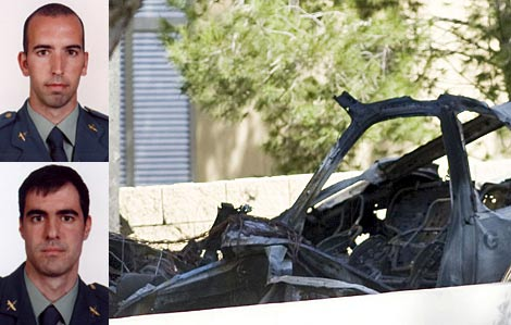 D. Salva (arriba) y C. Sáenz (abajo). A la dcha, los restos del coche. | Fotos: Guardia Civil/Efe