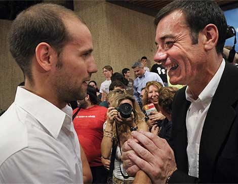 Gonzalo Miró saluda efusivamente a Tomás Gómez. (G. Arroyo)