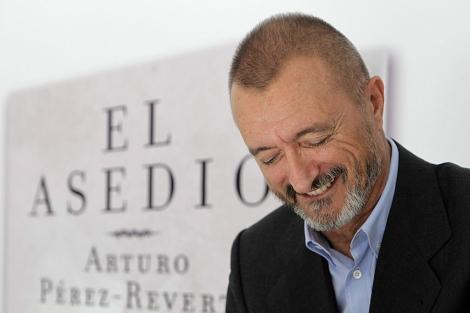 El escritor firmando ejemplares de su última obra, ambientada en el Cádiz de 1812, en la Feria del Libro. | Alberto di Lolli
