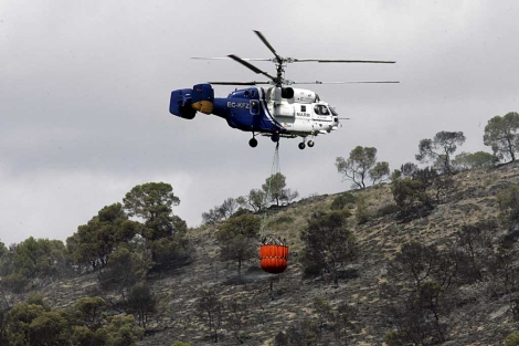 Un helicóptero trabaja en la extinción del incendio de Calasparra.| Efe