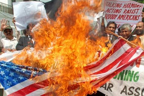 Abogados paquistaníes queman una bandera de EEUU.   Efe