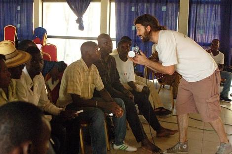 Pau Donés, en un taller, en Mali. | Voces