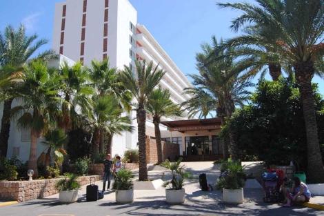 El hotel de Ibiza donde el joven se ha precipitado desde un séptimo piso.   Israel Rodríguez