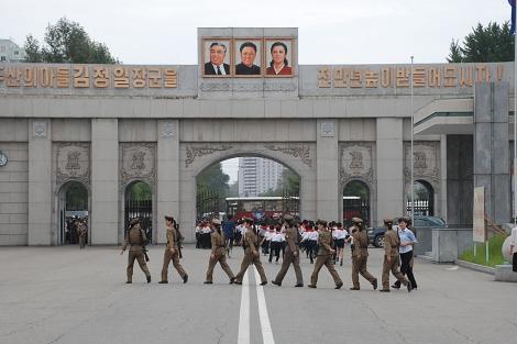 Soldados y estudiantes en el centro de Pyongyang. | D. Jiménez