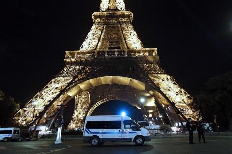 Agentes de policía hacen guardia tras la evacuación de la Torre Eiffel. | AFP