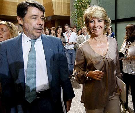 Aguirre, junto a Ignacio González, antes de inicair el debate. (Efe