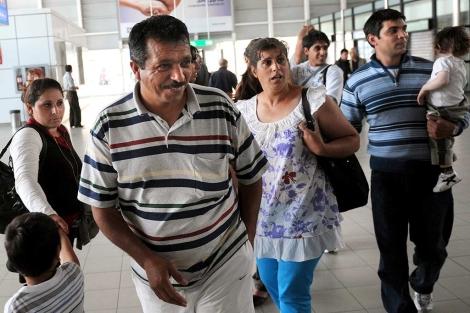 Un grupo de gitanos búlgaros llega a Sofía tras ser expulsado de Francia. | Afp