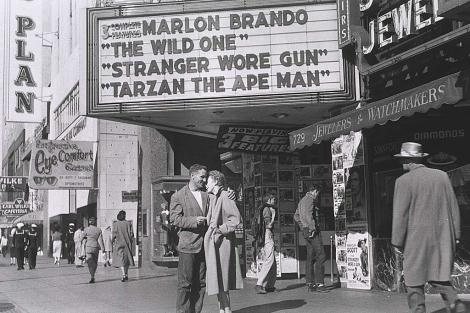 """Neal Cassidy, con """"su amor de en 1953"""".  VEA MÁS FOTOS DE LA EXPOSICIÓN    The Allen Ginsberg LLC"""
