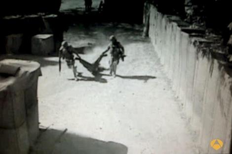 Dos militares trasladan el cadáver de un terrorista en Qala-i-Naw. | Efe