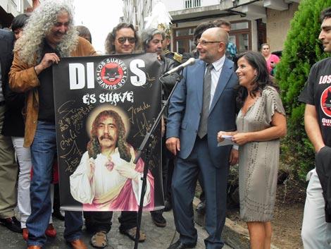 La banda, con un cartel que le regalaron. | S. E.