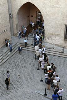 Gran número de personas hacen cola en el Palacio de la Aljafería. | Efe