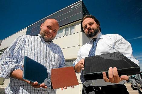 Teodosio del Caño (i), director técnico de Onyx, y Álvaro Beltrán, gerente, muestran el material fotovoltaico que realiza su empresa. | Ricardo Muñoz