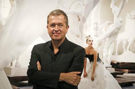 Mario Testino, ante una de las imágenes de la exposición. | Efe