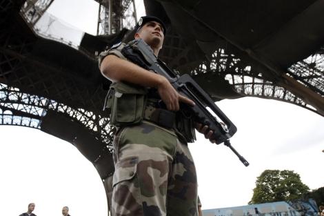 Un soldado francés hace guardia debajo de la Torre Eiffel, ante la amenaza de un ataque.   AP