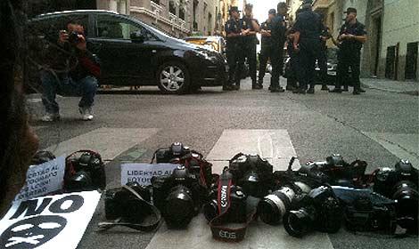 Losfotógrafos han dejado sus cámaras en suelo a modo de protesta. (Heredia)