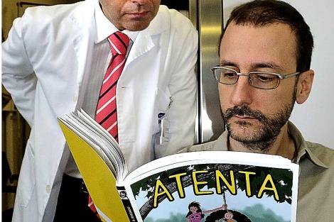 José Antonio Hormaechea y Roberto Bergado leen el cómic. | Patxi Corral