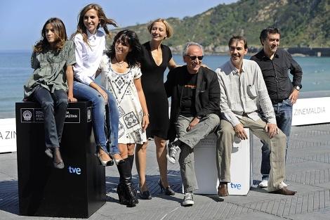 El equipo de la película 'Elisa K', esta mañana, en San Sebastián. | Efe