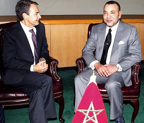 Encuentro de Zapatero y Mohamed en la ONU, presidido por la bandera de Marruecos. | Efe