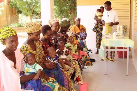 Varias mujeres con sus hijos en Bamako. | Foto: H.B.